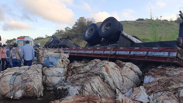 Em Jandaia, caminhão tombou e motorista ficou preso entre as ferragens