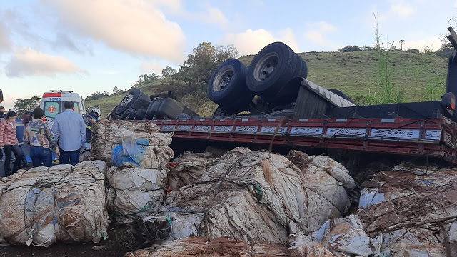 Caminhão tomba em Jandaia do Sul e motorista fica preso entre as ferragens