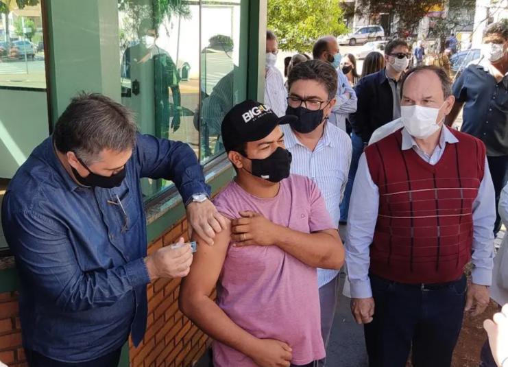 """Beto Preto faz apelo por imunização de todos e critica campanha contrária: """"O coronavírus veio pra ficar"""""""