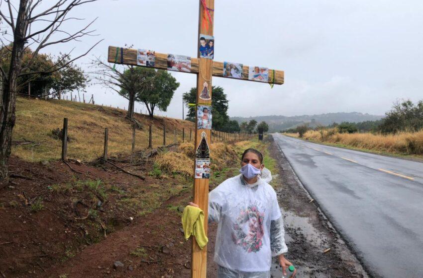 EXEMPLO DE FÉ – Avó carrega cruz nas costas por 70 km até o Santuário de Lunardelli