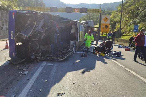 TRAGÉDIA – Acidente com ônibus do time de futsal de Umuarama mata duas pessoas na BR-376