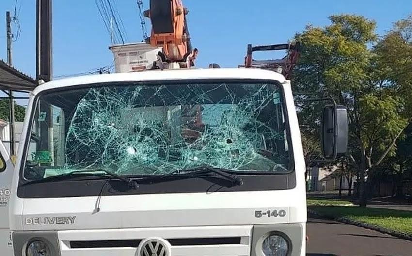 Furioso por ter a luz cortada, morador quebra vidros do caminhão da Copel