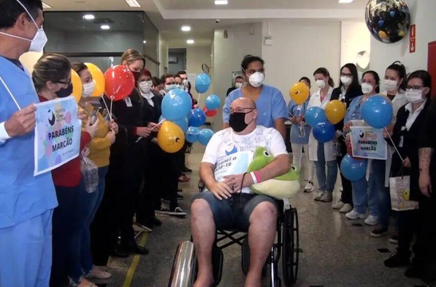 Paciente tem alta após 9 meses de internação por Covid-19