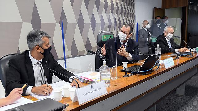 Omar Aziz dá voz de prisão a Roberto Dias na CPI