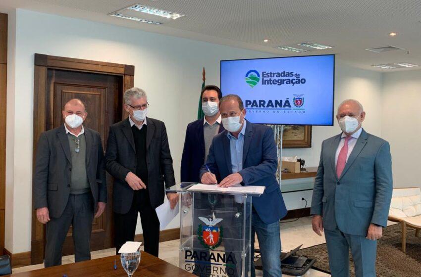 Governador Ratinho Júnior e prefeito Carlos Gil assinam convênio de R$2,3 milhões para pavimentar Vila Nova Porã, Vila Rural e Santa Luzia