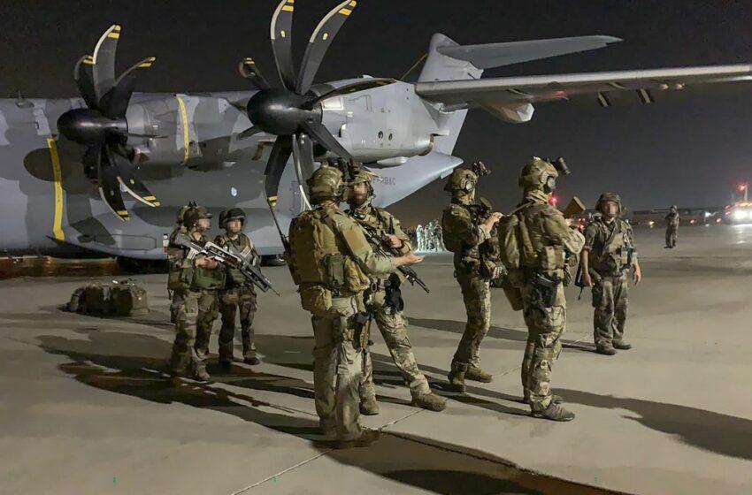 Voos militares são retomados no aeroporto de Cabul, no Afeganistão