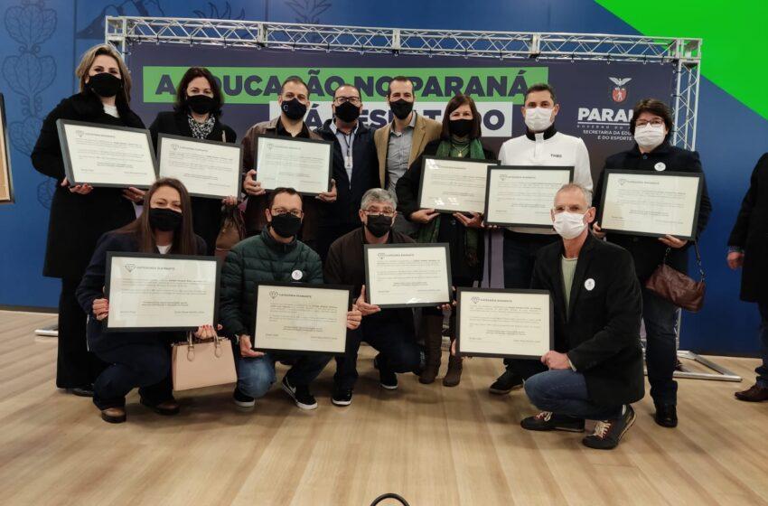 Diretores do NRE de Apucarana recebem Certificado Diamante pelos resultados no IDEB