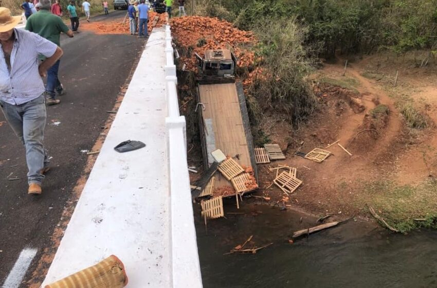 Motorista com caminhão de lajotas cai às margens do rio Pirapó
