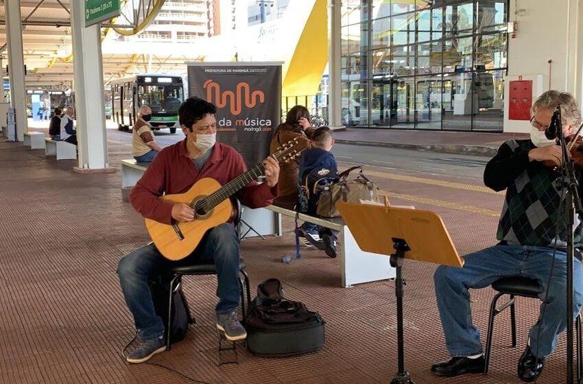 Em Maringá, apresentação de músicos no Terminal Urbano alegra passageiros e funcionários