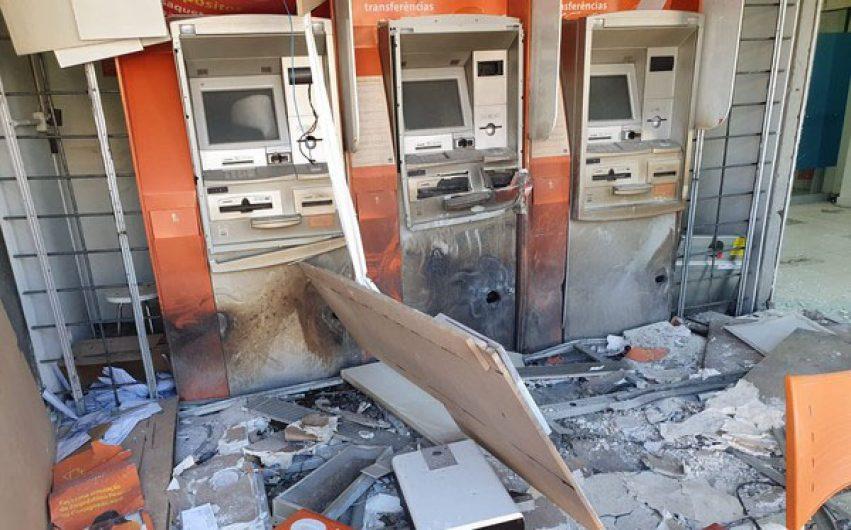 Criminosos explodem caixas eletrônicos em agência bancária no PR
