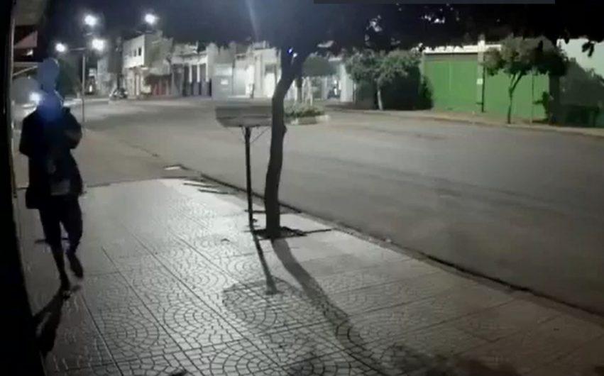 Em Jardim Alegre homem cobre o rosto com balão e furta câmera de monitoramento; Vejam o vídeo