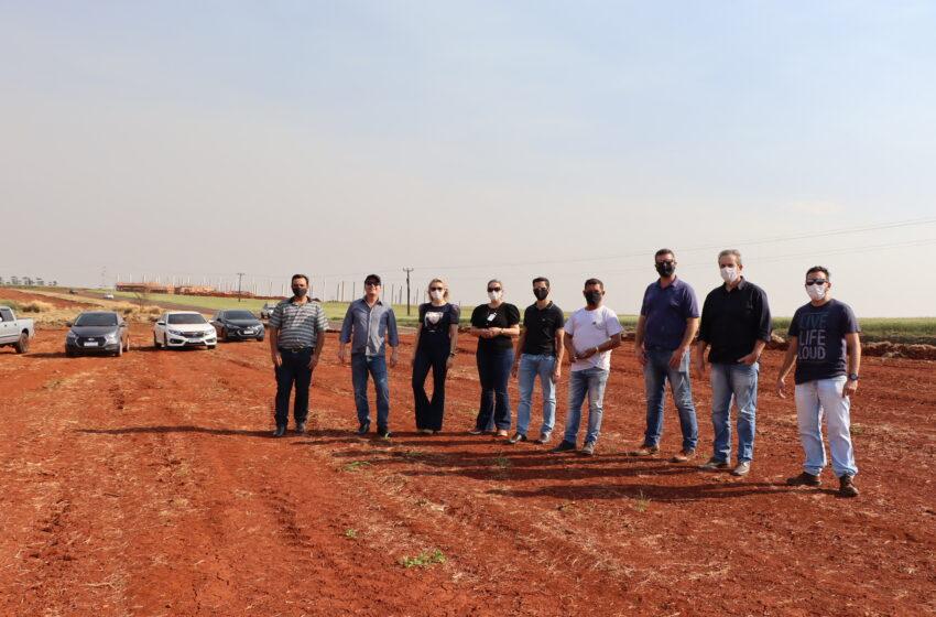 Terreno do Parque Industrial II de Ivaiporã é visitado pelo prefeito, vice, diretores e vereadores