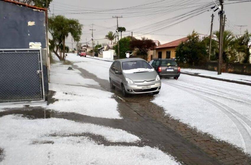 Temporal com granizo atinge Curitiba e região, e ruas ficam cobertas de gelo