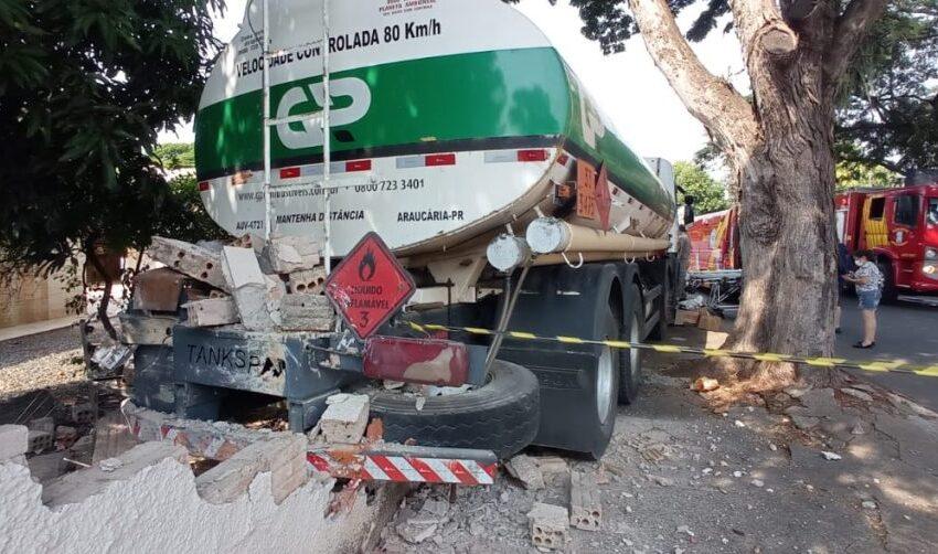 REGIÃO – Caminhoneiro sofre infarto enquanto dirigia, veículo fica desgovernado e destrói muro