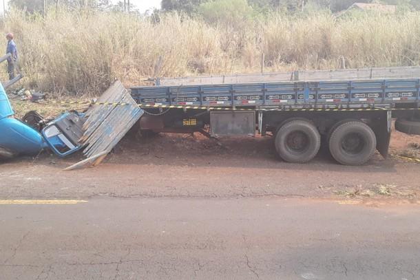 Homem fica gravemente ferido após caminhão com blocos de concreto tombar