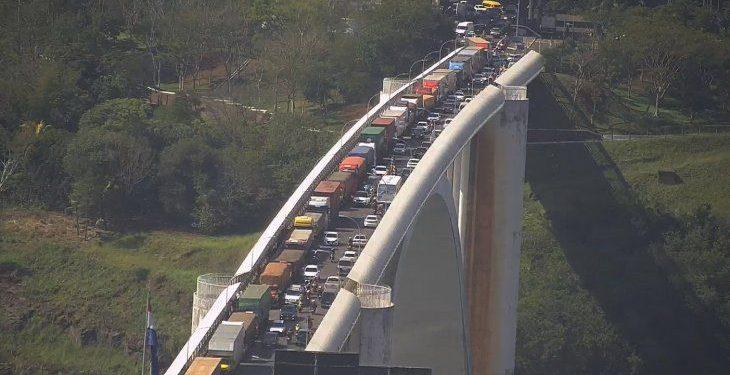 Greve de caminhoneiros no Paraguai afeta trânsito na Ponte da Amizade