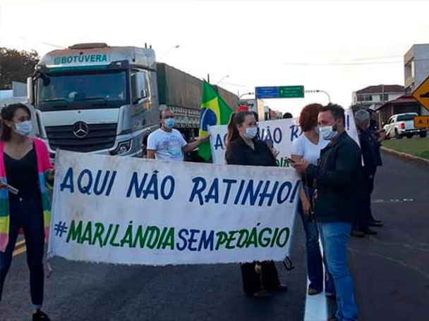 Pessoas protestam na BR-376 contra o pedágio entre Califórnia e Marilândia do Sul