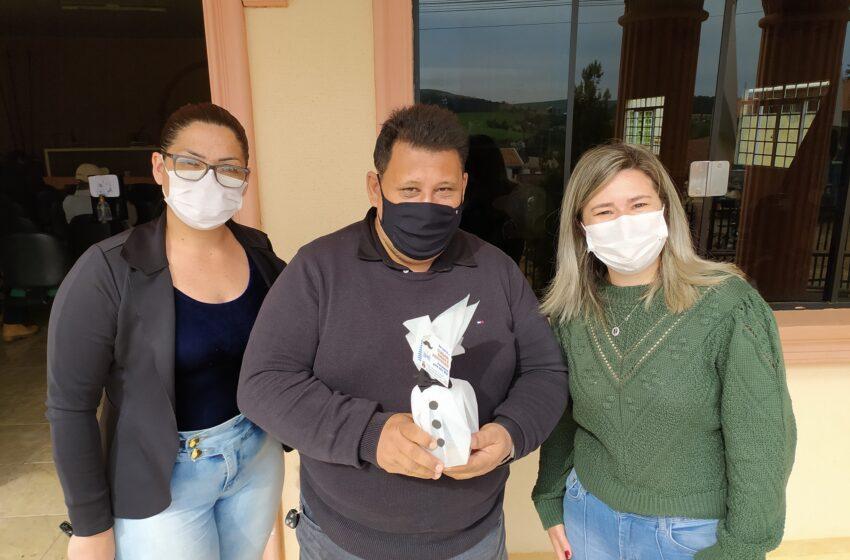 Rio Branco do Ivaí entrega lembranças aos Pais do Grupo da Terceira Idade do CRAS