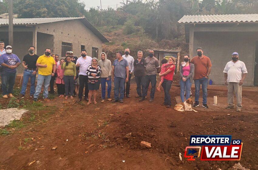 SOLIDARIEDADE – Amigos entregam casa reconstruída após incêndio em Grandes Rios