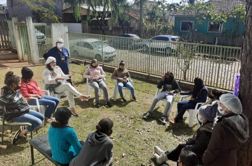 Profissionais da saúde da Prefeitura de Ivaiporã e adolescentes se reúnem mensalmente no Alto Porã