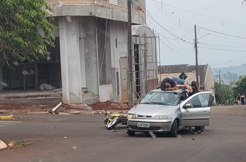 Após colisão, motociclista foi parar em cima de Fiat Pálio em São João do Ivaí
