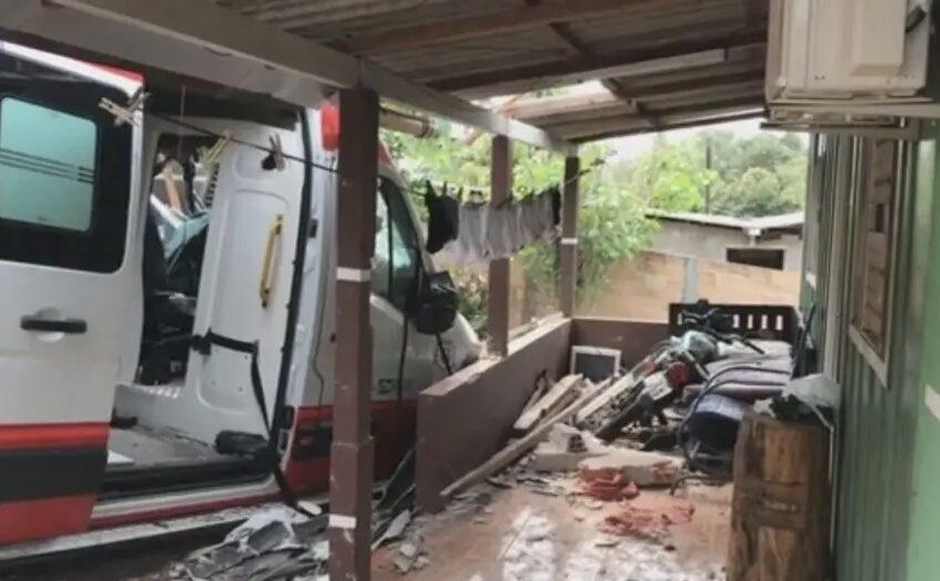 Ambulância do SAMU se envolve em grave acidente após assalto, em Arapongas