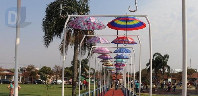 Arapongas ganha passarela de guarda-chuvas que homenageia vítimas da Covid-19