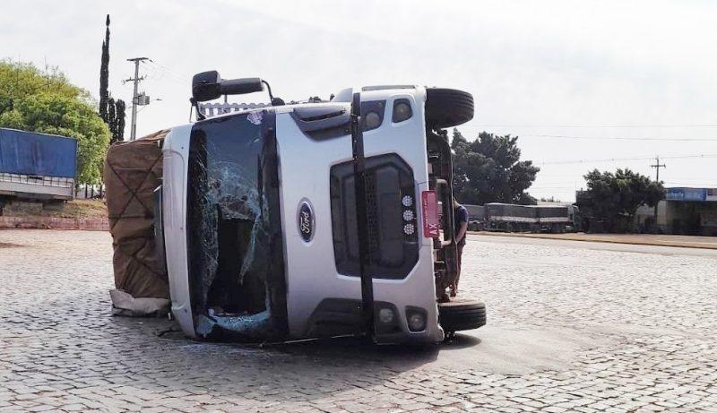Caminhão tombou sozinho no pátio de um posto em Jardim Alegre