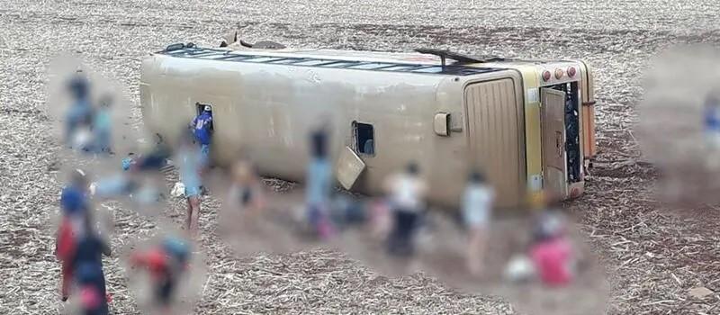 Ônibus tomba e deixa mais de 30 pessoas feridas na região