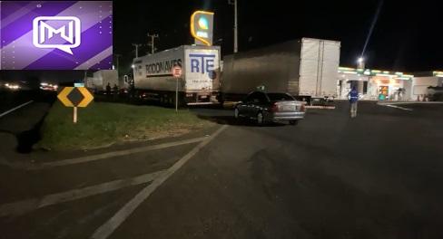 Manifestantes impedem a passagem de caminhões na entrada de Marialva