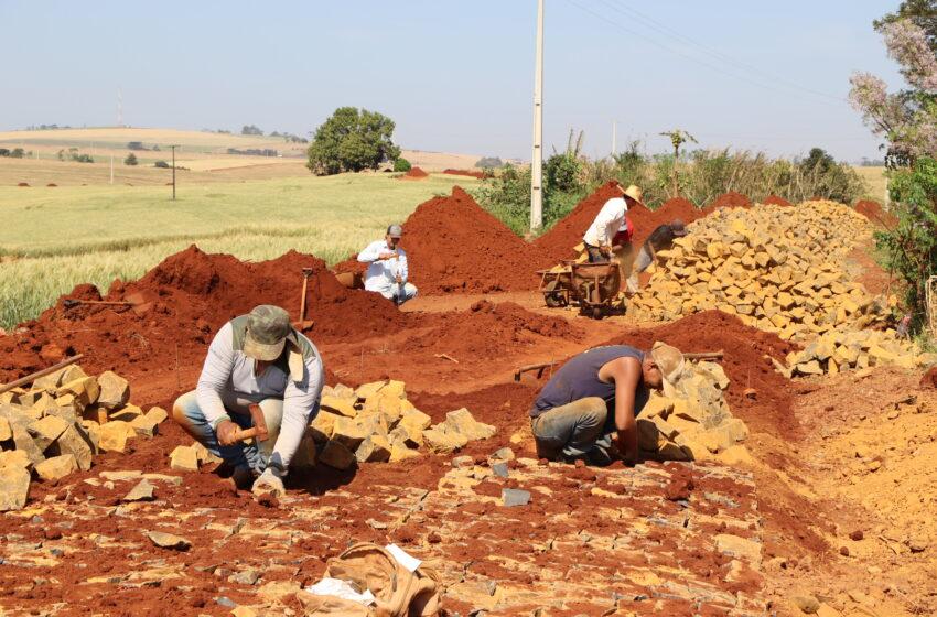 Pavimentação com pedra irregular entre Jacutinga e comunidade do Cruzeirinho está 70% concluída