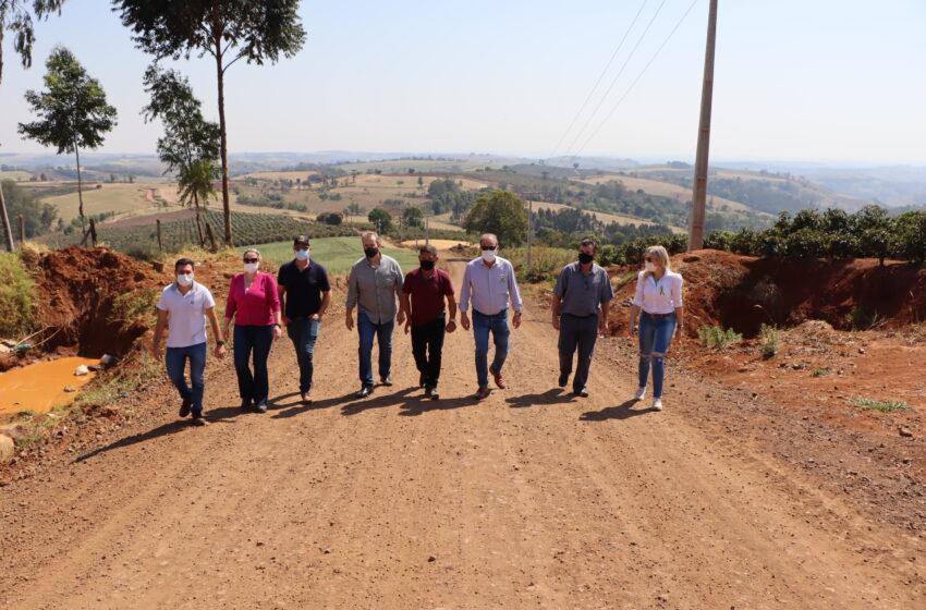 Prefeitura de Ivaiporã executa obra de melhorias na estrada da comunidade do Paineirinha