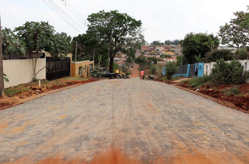 Prefeitura de Ivaiporã pavimenta ruas com pedra irregular na Vila Nova Porã e nos Jardins Paraná e Ouro Preto