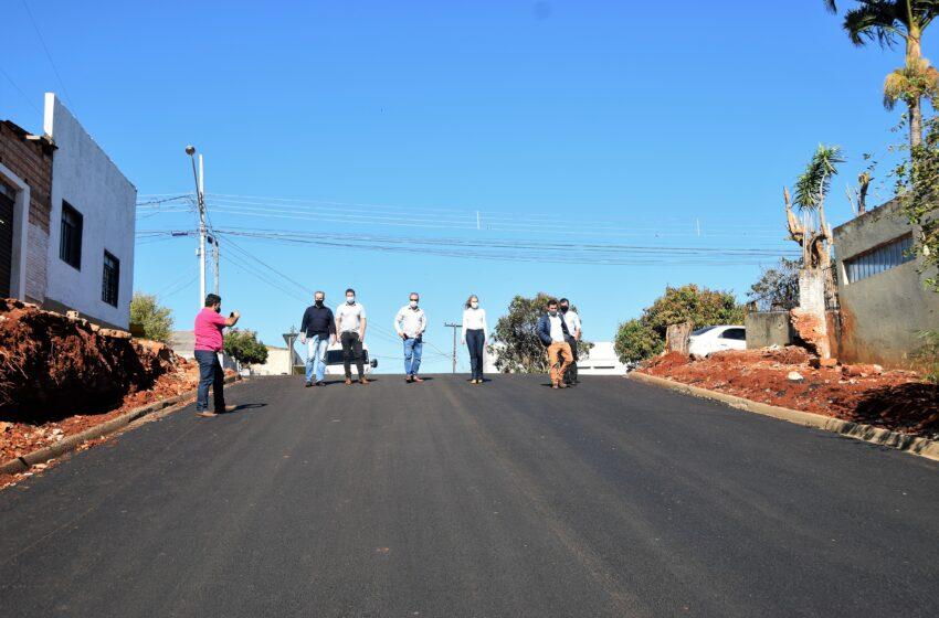 Prefeito de Ivaiporã confere asfalto concluído na Rua Foz do Iguaçu