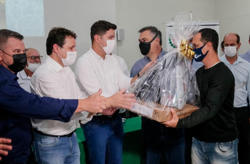 Guto Silva entrega kits de robótica para escolas estaduais