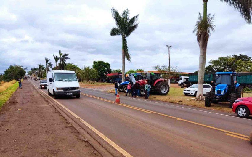 Caminhoneiros protestam na rodovia PR-466 em Lidianópolis