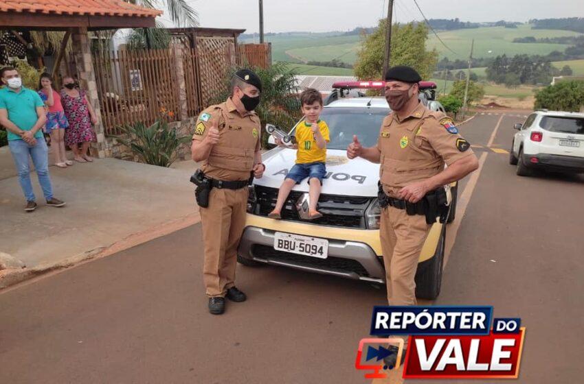 MAUÁ DA SERRA – Criança autista recebe visita surpresa de policiais militares