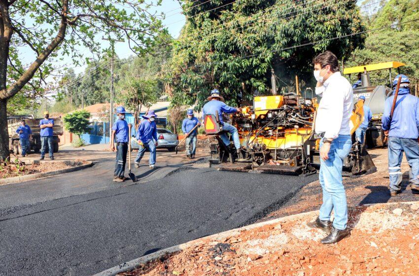 Após 40 anos de espera Jardim Esperança recebe asfalto em Apucarana