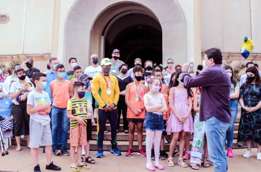 Prata na Paralimpíada 2021, Giovane de Paula é recebido com festa em Apucarana
