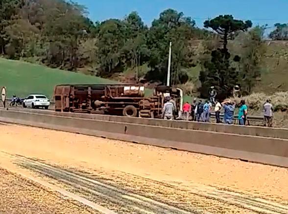 Carreta carregado com milho tomba na BR-376
