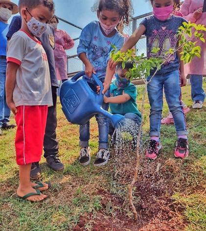 LUNARDELLI – Alunos da Rede Municipal lembram o Dia da Árvore com plantio de mudas