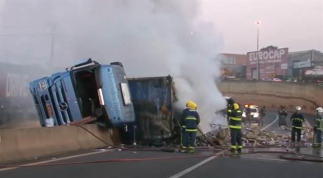 Caminhão tomba na PR-445 e Choque precisa conter saqueadores