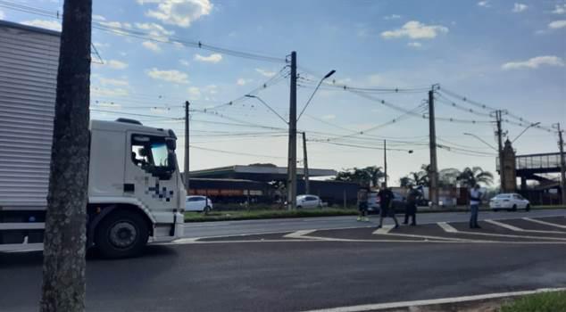 Caminhoneiros fazem ponto de bloqueio na BR-369, sentido Londrina