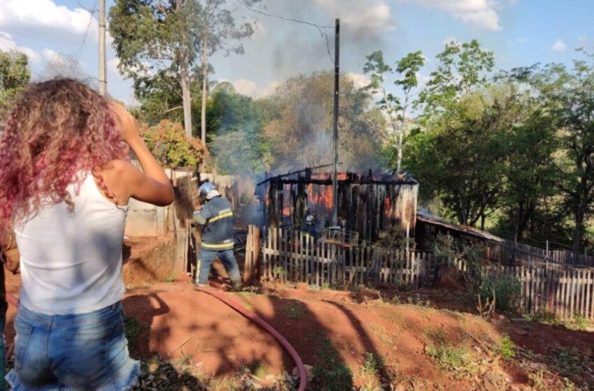 Moradores fazem campanha para ajudar mulher que perdeu casa em incêndio