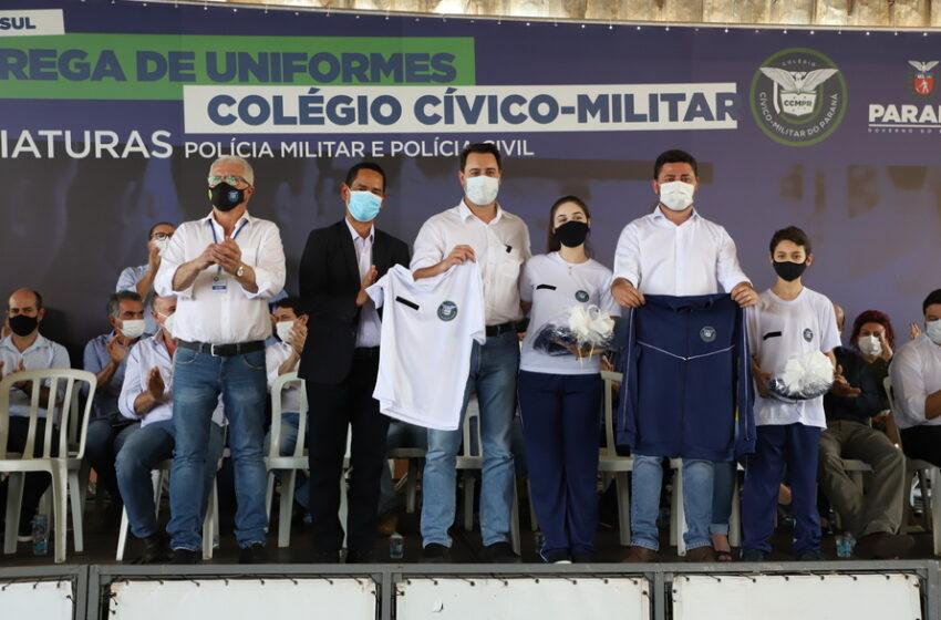 Ratinho Júnior entrega novos uniformes para alunos da escola cívico-militar de Jandaia do Sul
