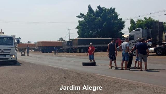 JARDIM ALEGRE – Caminhoneiros fazem paralisação em rodovia