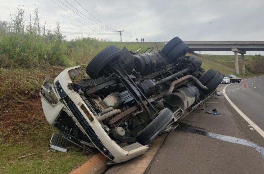 Após ser recuperada em Mauá da Serra, carreta tombou em Apucarana