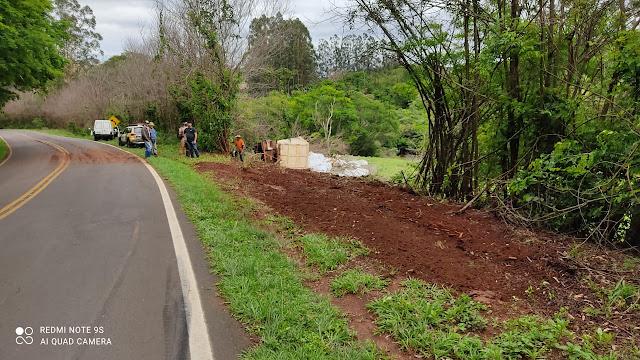 Caminhão tomba após ficar sem freio na rodovia entre Marilândia do Sul e Rio Bom