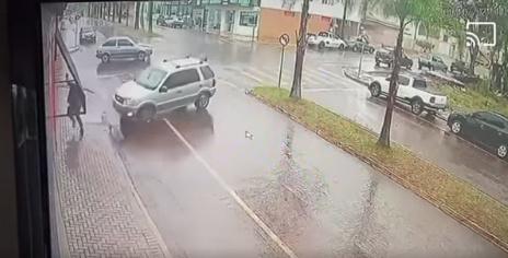 Vídeo mostra pedestre escapando de atropelamento em Pitanga
