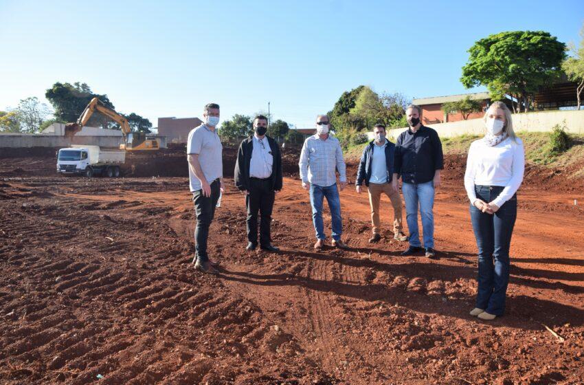 Carlos Gil acompanha terraplanagem na área onde será construído Ambulatório Médico de Especialidades de Ivaiporã